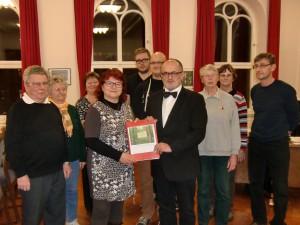 """Der Einwohnerantrag """"Für einen Bestattungswald im Stadtwald Kamenz"""" wurde am 13. Januar 2015 von der Bürgerinitiative an den Oberbürgermeister Roland Dantz (Bildmitte) übergeben."""