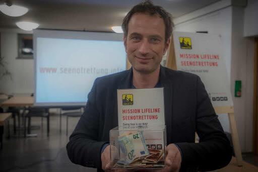 In den Vereinsräumen im Kamenzer Stadttheater stellte jetzt der Verein Mission Lifeline sein Konzept der Seenotrettung im Mittelmeer vor. Initiator Axel Steier (42) freute sich über eine Spontanspende von fast 250 Euro. Foto: R.Plaul