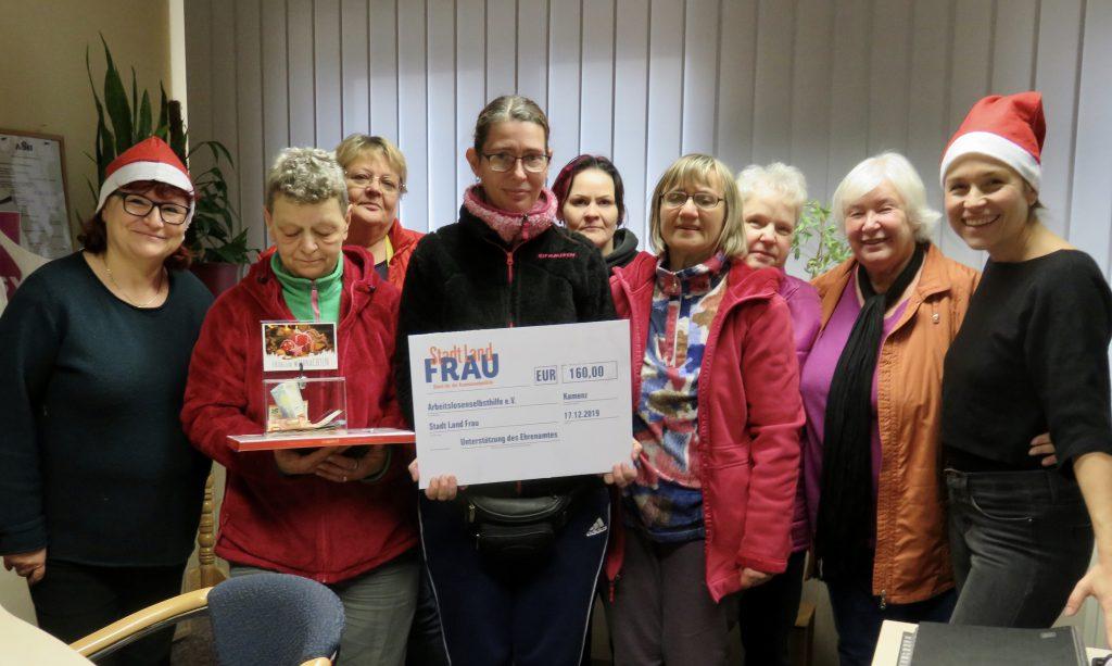 Die Stadträtinnen Marion Junge (DIE LINKE) und Anne Hasselbach (Stadt-Land-Frau) überraschten mit einer Weihnachtsspende in Höhe von 425,- Euro die Mitarbeiterinnen der Arbeitslosenselbsthilfe Kamenz.